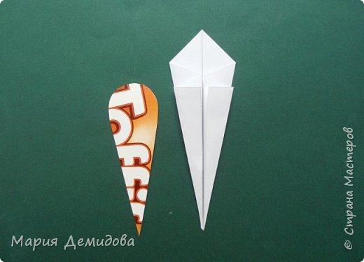 """Здравствуйте, жители Страны! Для тех, кто любит оригами предлагаю сделать ромашку в этой технике. 8 июля страна отмечает один из молодых праздников - День Семьи, Любви и Верности, покровителями которого являются святые Петр и Феврония Муромские. Символ этого праздника - ромашка или, как уже дали название - """"февронька"""" - наш ответ """"валентинке"""". Для работы Вам потребуется: 16 квадратиков белого цвета 9х9 см, 16 желтого 7х7 см, клей, ножницы, кусочек картона, карандаш простой, полубусина, фигурный дырокол """"Ромашка"""". фото 9"""