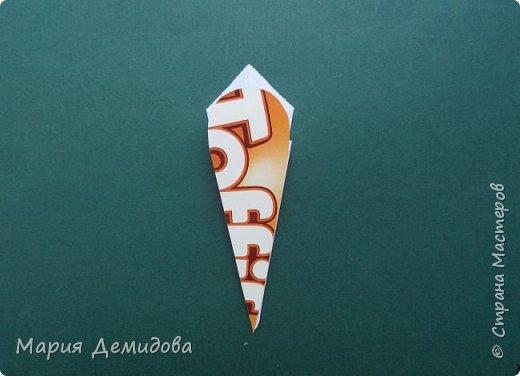 """Здравствуйте, жители Страны! Для тех, кто любит оригами предлагаю сделать ромашку в этой технике. 8 июля страна отмечает один из молодых праздников - День Семьи, Любви и Верности, покровителями которого являются святые Петр и Феврония Муромские. Символ этого праздника - ромашка или, как уже дали название - """"февронька"""" - наш ответ """"валентинке"""". Для работы Вам потребуется: 16 квадратиков белого цвета 9х9 см, 16 желтого 7х7 см, клей, ножницы, кусочек картона, карандаш простой, полубусина, фигурный дырокол """"Ромашка"""". фото 10"""