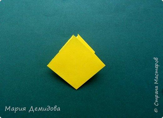 """Здравствуйте, жители Страны! Для тех, кто любит оригами предлагаю сделать ромашку в этой технике. 8 июля страна отмечает один из молодых праздников - День Семьи, Любви и Верности, покровителями которого являются святые Петр и Феврония Муромские. Символ этого праздника - ромашка или, как уже дали название - """"февронька"""" - наш ответ """"валентинке"""". Для работы Вам потребуется: 16 квадратиков белого цвета 9х9 см, 16 желтого 7х7 см, клей, ножницы, кусочек картона, карандаш простой, полубусина, фигурный дырокол """"Ромашка"""". фото 21"""