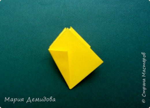 """Здравствуйте, жители Страны! Для тех, кто любит оригами предлагаю сделать ромашку в этой технике. 8 июля страна отмечает один из молодых праздников - День Семьи, Любви и Верности, покровителями которого являются святые Петр и Феврония Муромские. Символ этого праздника - ромашка или, как уже дали название - """"февронька"""" - наш ответ """"валентинке"""". Для работы Вам потребуется: 16 квадратиков белого цвета 9х9 см, 16 желтого 7х7 см, клей, ножницы, кусочек картона, карандаш простой, полубусина, фигурный дырокол """"Ромашка"""". фото 22"""