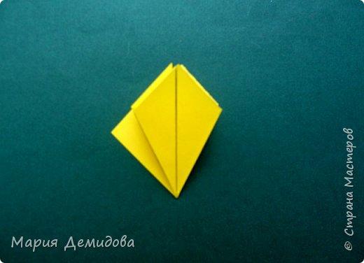 """Здравствуйте, жители Страны! Для тех, кто любит оригами предлагаю сделать ромашку в этой технике. 8 июля страна отмечает один из молодых праздников - День Семьи, Любви и Верности, покровителями которого являются святые Петр и Феврония Муромские. Символ этого праздника - ромашка или, как уже дали название - """"февронька"""" - наш ответ """"валентинке"""". Для работы Вам потребуется: 16 квадратиков белого цвета 9х9 см, 16 желтого 7х7 см, клей, ножницы, кусочек картона, карандаш простой, полубусина, фигурный дырокол """"Ромашка"""". фото 23"""