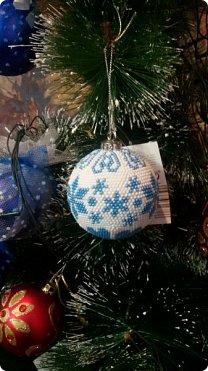 Всем доброго времени суток!  Не знаю как получилось, но я не показала вам бисерные шарики, которые связались у меня на подарки!! Вот они красавцы на елочке у сестры! фото 2