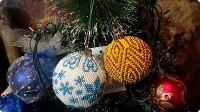 Всем доброго времени суток!  Не знаю как получилось, но я не показала вам бисерные шарики, которые связались у меня на подарки!! Вот они красавцы на елочке у сестры! фото 1