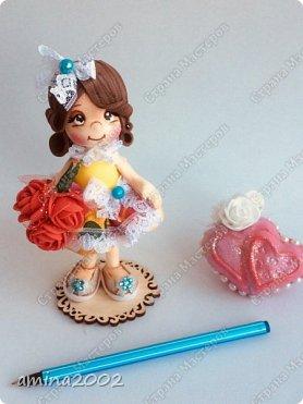Доброго времени суток! Сувениры виде куколок из фоамирана-держатели для шариковой ручки.Куколки выполнена из фоамирана, при помощи молдов.Куколки закреплены на подставке из фанеры.Высота 14 см.  фото 3