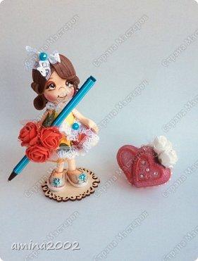 Доброго времени суток! Сувениры виде куколок из фоамирана-держатели для шариковой ручки.Куколки выполнена из фоамирана, при помощи молдов.Куколки закреплены на подставке из фанеры.Высота 14 см.  фото 5