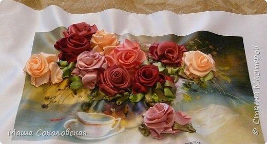 """Привет друзья! Сегодня я к Вам с новой моей вышивкой лентами """"Чаепитие с розами"""". Название придумала моя подруга, т.к. я никак не могла с этим справится))), если учесть, что в некотором прошлом вышивала уже розы на том же принте, вот ссылка, кому интересно https://stranamasterov.ru/node/951605 . Случайно нашла в магазине для творчества точно такой же принт, чему была несказанно рада, т.к. меня попросили сделать быстро кому-то в подарок. Размер картины без багета 37х49 см. Работа на заказ, оформление в раму будет производится без меня. Выполнена за 3 дня. Приятного просмотра! И еще хвастик от Нелечки! фото 2"""