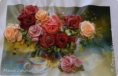 """Привет друзья! Сегодня я к Вам с новой моей вышивкой лентами """"Чаепитие с розами"""". Название придумала моя подруга, т.к. я никак не могла с этим справится))), если учесть, что в некотором прошлом вышивала уже розы на том же принте, вот ссылка, кому интересно https://stranamasterov.ru/node/951605 . Случайно нашла в магазине для творчества точно такой же принт, чему была несказанно рада, т.к. меня попросили сделать быстро кому-то в подарок. Размер картины без багета 37х49 см. Работа на заказ, оформление в раму будет производится без меня. Выполнена за 3 дня. Приятного просмотра! И еще хвастик от Нелечки! фото 3"""