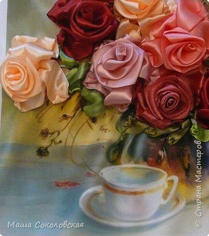 """Привет друзья! Сегодня я к Вам с новой моей вышивкой лентами """"Чаепитие с розами"""". Название придумала моя подруга, т.к. я никак не могла с этим справится))), если учесть, что в некотором прошлом вышивала уже розы на том же принте, вот ссылка, кому интересно https://stranamasterov.ru/node/951605 . Случайно нашла в магазине для творчества точно такой же принт, чему была несказанно рада, т.к. меня попросили сделать быстро кому-то в подарок. Размер картины без багета 37х49 см. Работа на заказ, оформление в раму будет производится без меня. Выполнена за 3 дня. Приятного просмотра! И еще хвастик от Нелечки! фото 7"""