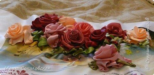 """Привет друзья! Сегодня я к Вам с новой моей вышивкой лентами """"Чаепитие с розами"""". Название придумала моя подруга, т.к. я никак не могла с этим справится))), если учесть, что в некотором прошлом вышивала уже розы на том же принте, вот ссылка, кому интересно https://stranamasterov.ru/node/951605 . Случайно нашла в магазине для творчества точно такой же принт, чему была несказанно рада, т.к. меня попросили сделать быстро кому-то в подарок. Размер картины без багета 37х49 см. Работа на заказ, оформление в раму будет производится без меня. Выполнена за 3 дня. Приятного просмотра! И еще хвастик от Нелечки! фото 9"""