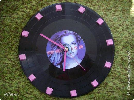 Часики из старой  пластинки и диска Бритни Спирс. Стрелки  и часовой механизм взяла от надоевших китайских розовых часов . Кнопочки от старой клвавиатуры. Покрашены розовой эмалью для ногтей.