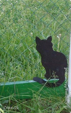 Вот такой черный кот встречает и провожает гостей у калитки
