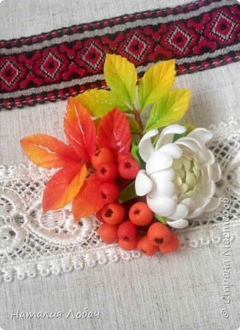 Осенняя брошь с хризантемой и рябиной. Изготовлена из запекаемой полимерной глины. фото 1
