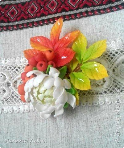 Осенняя брошь с хризантемой и рябиной. Изготовлена из запекаемой полимерной глины. фото 2