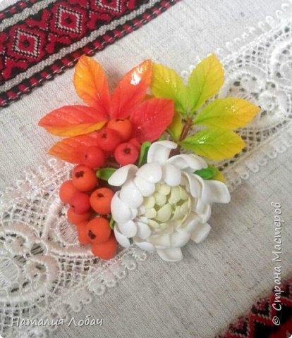 Осенняя брошь с хризантемой и рябиной. Изготовлена из запекаемой полимерной глины. фото 3
