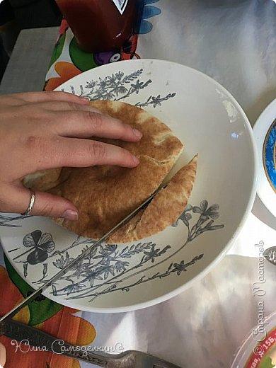 """Привет! :3 Я вернулась в СМ!!!)))))) Сегодня я покажу рецепт арабского народного блюда- фалАфеля в пИте. В первые попробовала фалафель, когда отдыхала в Израиле. Теперь это блюдо стало одним из самых популярных блюд моей семьи))). Фалафель - это шарики из нута обжаренные в масле. Фалафель, хумус (паста из нута), разнообразные овощи - всё это кладётся в питу- лепёшку с разрезом внутри. Понадобятся: 1. нут- 0,5 кг. (у нас, в России нут можно купить почти в любом супермаркете) 2. лук - 2 шт. 3. чеснок-4 зуб. 4. зелень по вкусу (кинза, укроп) 5. приправа """"Карри"""" 6. пита 5- 6 шт. Пита - арабская лепёшка с разрезом внутри. Её можно купить почти во всех супермаркетах. 7. Огурцы, помидоры, салат, болгарский перец и т. д по вашему вкусу.  8. Немного панировочных сухарей 9. Хумус (можно купить почти везде) по вкусу. Вот что получается))). фото 7"""