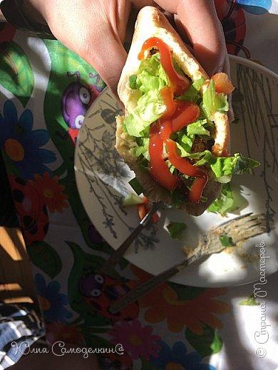 """Привет! :3 Я вернулась в СМ!!!)))))) Сегодня я покажу рецепт арабского народного блюда- фалАфеля в пИте. В первые попробовала фалафель, когда отдыхала в Израиле. Теперь это блюдо стало одним из самых популярных блюд моей семьи))). Фалафель - это шарики из нута обжаренные в масле. Фалафель, хумус (паста из нута), разнообразные овощи - всё это кладётся в питу- лепёшку с разрезом внутри. Понадобятся: 1. нут- 0,5 кг. (у нас, в России нут можно купить почти в любом супермаркете) 2. лук - 2 шт. 3. чеснок-4 зуб. 4. зелень по вкусу (кинза, укроп) 5. приправа """"Карри"""" 6. пита 5- 6 шт. Пита - арабская лепёшка с разрезом внутри. Её можно купить почти во всех супермаркетах. 7. Огурцы, помидоры, салат, болгарский перец и т. д по вашему вкусу.  8. Немного панировочных сухарей 9. Хумус (можно купить почти везде) по вкусу. Вот что получается))). фото 8"""