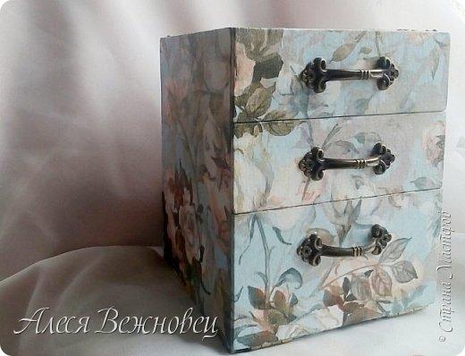Моя очередная работа в технике картонаж.Использовала уголки накладные декоративные, ручки и петли. Валики сделала из поролоновых бигуди,сверху которых ткань.Внутренность шкатулки и полочки внутри окрашены акриловой краской. фото 2