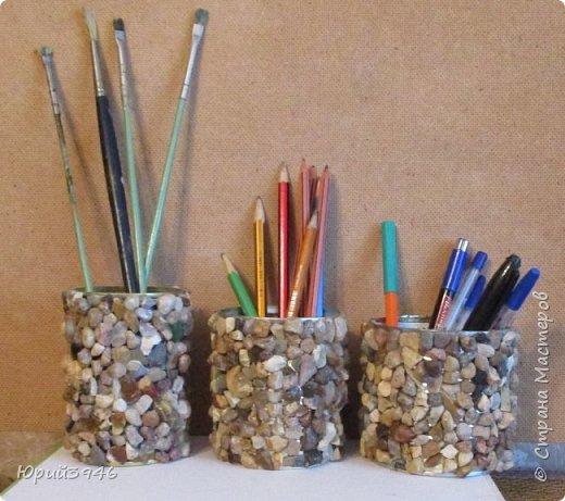 Оригинальные стаканы для карандашей, ручек и всякой мелочи из консервных банок можно сделать наклеивая на них разноцветные камешки. Приклеивать камни можно обычным клеем ПВА.  фото 1