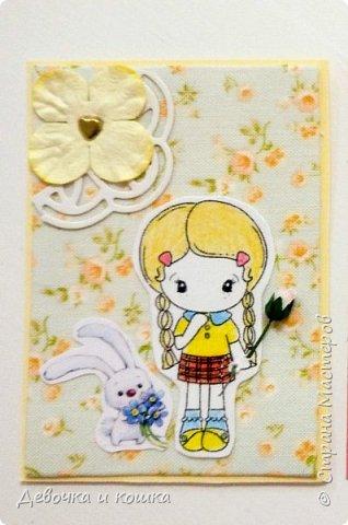 """Здравствуйте. Я сделала серию АТС """"Девочки с цветами"""". Каждая нарисованная девочка держит в руке бумажный цветочек. Я использовала ткань в качестве фона. Очень надеюсь, что Вам понравятся мои АТСки.  фото 2"""