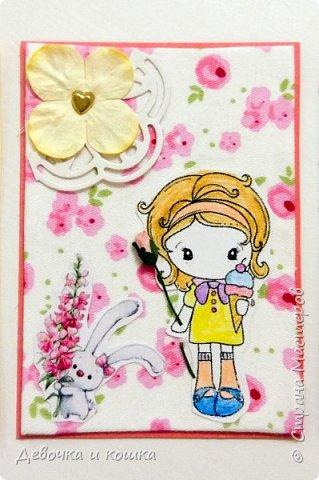 """Здравствуйте. Я сделала серию АТС """"Девочки с цветами"""". Каждая нарисованная девочка держит в руке бумажный цветочек. Я использовала ткань в качестве фона. Очень надеюсь, что Вам понравятся мои АТСки.  фото 3"""