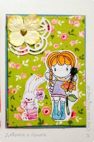 """Здравствуйте. Я сделала серию АТС """"Девочки с цветами"""". Каждая нарисованная девочка держит в руке бумажный цветочек. Я использовала ткань в качестве фона. Очень надеюсь, что Вам понравятся мои АТСки.  фото 4"""