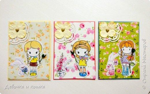 """Здравствуйте. Я сделала серию АТС """"Девочки с цветами"""". Каждая нарисованная девочка держит в руке бумажный цветочек. Я использовала ткань в качестве фона. Очень надеюсь, что Вам понравятся мои АТСки."""
