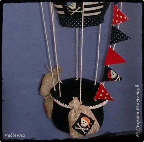 Монгольфьер или воздушный шар сшит для пиратских игр внуков и хотя он подвешен к потолку всё равно будоражит воображение. фото 3