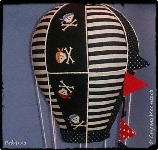 Монгольфьер или воздушный шар сшит для пиратских игр внуков и хотя он подвешен к потолку всё равно будоражит воображение. фото 4