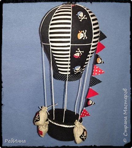 Монгольфьер или воздушный шар сшит для пиратских игр внуков и хотя он подвешен к потолку всё равно будоражит воображение. фото 1