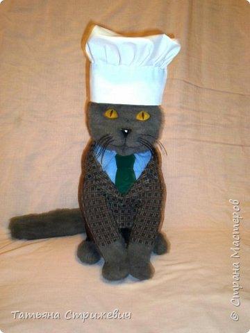 В продолжение кошачьей темы- Кот шеф-повар,сшит из иск.меха. Высота 35 см,глазки из эпоксидной смолы