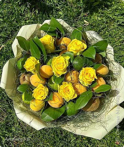Вот и наконец-то дошли руки до фруктового букета, насмотрелись и не удержались, он сделан с глубокой душой для любимой тёти, в букете абрикосы,киви,лаймы и розы))))  фото 15