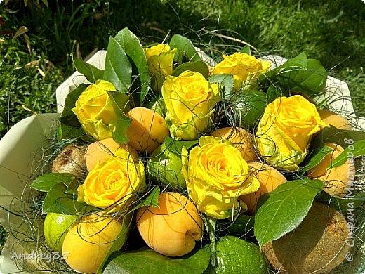 Вот и наконец-то дошли руки до фруктового букета, насмотрелись и не удержались, он сделан с глубокой душой для любимой тёти, в букете абрикосы,киви,лаймы и розы))))  фото 16
