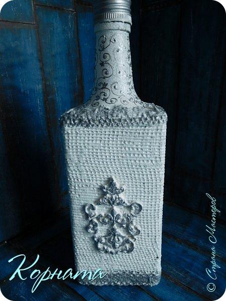 Доброго времени суток, дорогие друзья! Я снова с декором бутылочек. Использовала тюлевую сетку, кружево, пластику, ткань и контуры. фото 1