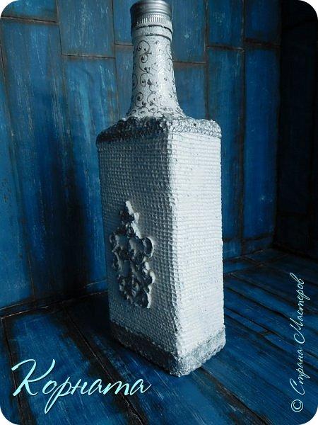 Доброго времени суток, дорогие друзья! Я снова с декором бутылочек. Использовала тюлевую сетку, кружево, пластику, ткань и контуры. фото 3