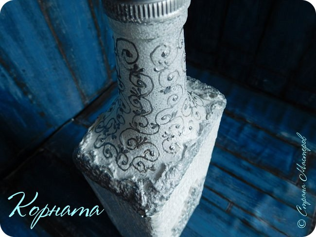 Доброго времени суток, дорогие друзья! Я снова с декором бутылочек. Использовала тюлевую сетку, кружево, пластику, ткань и контуры. фото 4