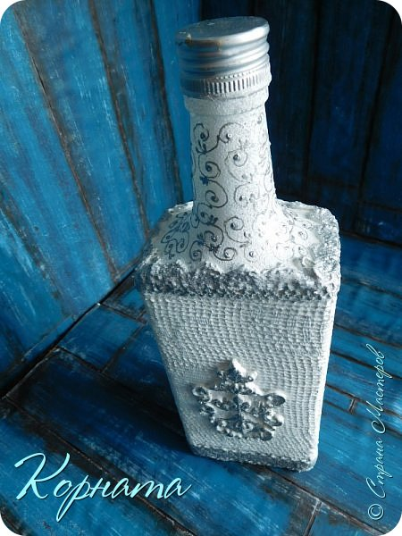 Доброго времени суток, дорогие друзья! Я снова с декором бутылочек. Использовала тюлевую сетку, кружево, пластику, ткань и контуры. фото 6