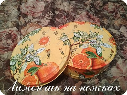 Совсем недавно (https://stranamasterov.ru/node/1146918) я уже декорировала коробочку вот такой апельсиновой салфеткой. Мне салфеточка показалась очень удачной и я решила ей задекорировать ещё одну коробочку, но уже металлическую. фото 1
