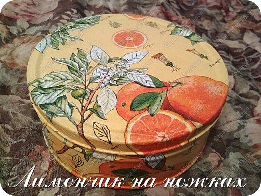 Совсем недавно (https://stranamasterov.ru/node/1146918) я уже декорировала коробочку вот такой апельсиновой салфеткой. Мне салфеточка показалась очень удачной и я решила ей задекорировать ещё одну коробочку, но уже металлическую. фото 2