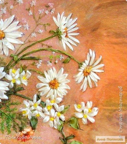 Маленькое солнце на моей ладошке, — Белая ромашка на зеленой ножке. С белым ободочком желтые сердечки… Сколько на лугу их, сколько их у речки! Зацвели ромашки — наступило лето. Из ромашек белых вяжутся букеты. В глиняном кувшине, в банке или чашке Весело теснятся крупные ромашки. Афанасий Фет фото 3
