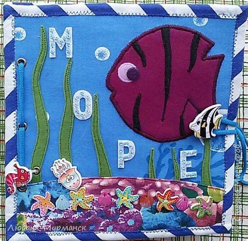 Обложка. Глаз рыбки под сеткой можно двигать пальчиком. Буквы обшиты гладким бисером.Морской конек и медузка на резинке, перетяжка. фото 1