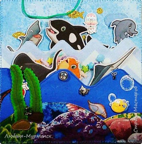 Обложка. Глаз рыбки под сеткой можно двигать пальчиком. Буквы обшиты гладким бисером.Морской конек и медузка на резинке, перетяжка. фото 11
