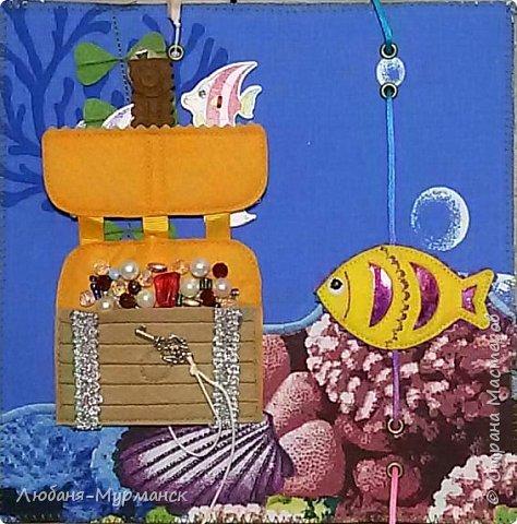 Обложка. Глаз рыбки под сеткой можно двигать пальчиком. Буквы обшиты гладким бисером.Морской конек и медузка на резинке, перетяжка. фото 4