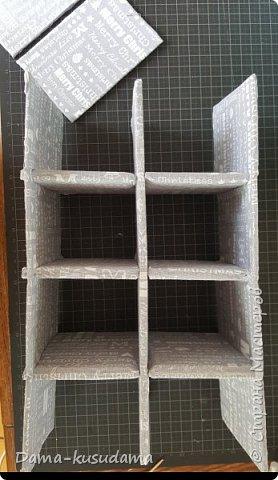 Сделала коробки из картона, некоторые делала с нуля, некоторые обклеивала обычные картонные коробки. Самым сложным оказалось делать оргагайзер, долго придумывала как его сделать внутри. Ниже напишу как.  фото 27