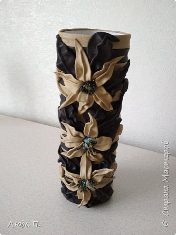 Всем добрый день! В основе вазы - тубус от виски, декор- натуральная кожа. фото 1