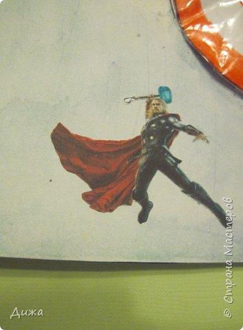 Всем огромный привет! Продолжаю показывать свои открытки :-) Все открытки уже давно вручила, ещё в мае.  Сегодня хочу вам показать двадцать первую открытку, которую я сделала для одноклассника. Открытка про супергероев МАРВЕЛ  Фон нарисовала акварельными красками. Фон просто голубое небо. В центре  - щит. Щит супергероя Капитана Америкик - это СКВИШ. Как сделать СКВИШ, показывала здесь https://stranamasterov.ru/node/1148166 Приклеила распечатки супергероев фото 5
