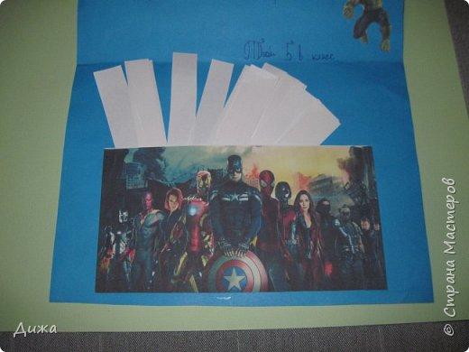 Всем огромный привет! Продолжаю показывать свои открытки :-) Все открытки уже давно вручила, ещё в мае.  Сегодня хочу вам показать двадцать первую открытку, которую я сделала для одноклассника. Открытка про супергероев МАРВЕЛ  Фон нарисовала акварельными красками. Фон просто голубое небо. В центре  - щит. Щит супергероя Капитана Америкик - это СКВИШ. Как сделать СКВИШ, показывала здесь https://stranamasterov.ru/node/1148166 Приклеила распечатки супергероев фото 8