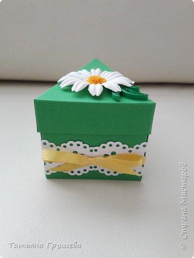 """Этот """"ромашковый"""" торт из бонбоньерок я сделала для одной молодой пары, к первой годовщине их свадьбы. А поженились они 8 июля, в """"День семьи, любви и верности"""". Символом этого праздника, как известно, является ромашка. Поэтому я и сделала для них """"Ромашковый"""" торт с пожеланиями. фото 6"""