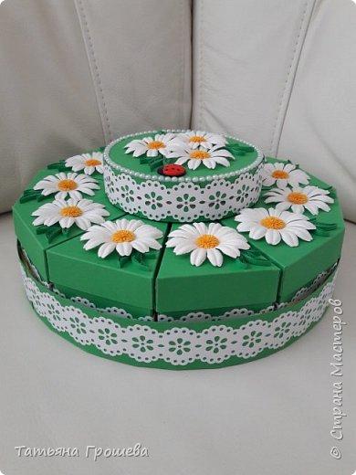 """Этот """"ромашковый"""" торт из бонбоньерок я сделала для одной молодой пары, к первой годовщине их свадьбы. А поженились они 8 июля, в """"День семьи, любви и верности"""". Символом этого праздника, как известно, является ромашка. Поэтому я и сделала для них """"Ромашковый"""" торт с пожеланиями. фото 1"""