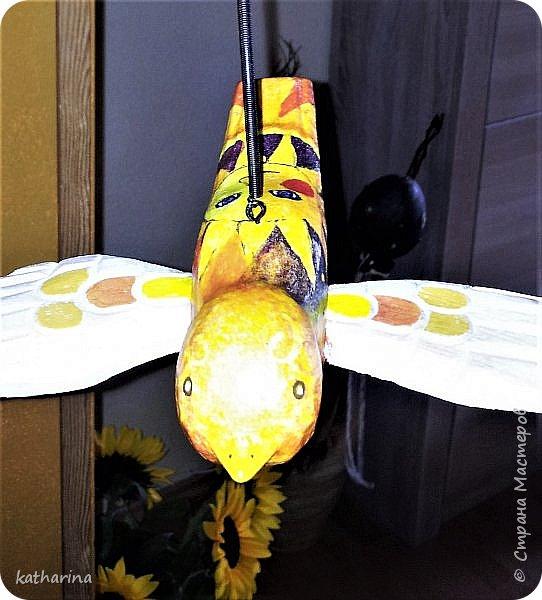 Здравствуй Страна ! Увидела в магазине ужасную птицу....страшного зелёного цвета , всю корявую , но у неё были чудесные деревянные крылья ! Купила . Дома отшлифала , заклеила и отдекупажила , конечно же было много подрисовки , но...Мне нравится ! Птица на пружинке , как будто летает . Внучка увидела и влюбилась , теперь живёт у неё . фото 3