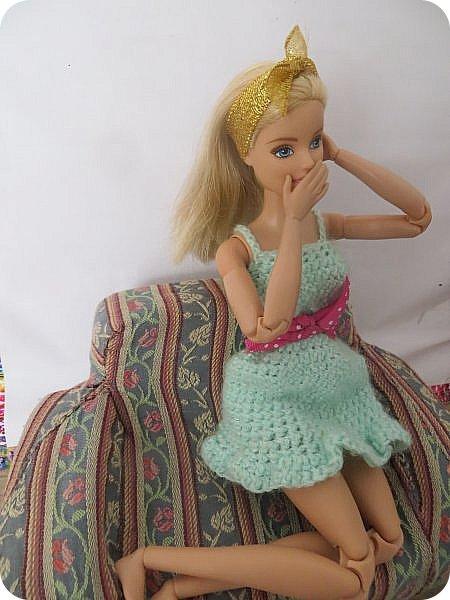 """Катя-молодая швея, которая работает на дому. Каждая ее работа завставляет восхищаться талантом еще """"зеленой"""" рукодельницы: постельное белье из тончайшей ткани, которое греет зимой и приятно холодит кожу летом, плтье, в котором даже самая некрасивая девушка мира почуствует себя принцессой, школьная форма, которая выглядит ни капельки не унылой, а стильной и изысканной. Вобщем, восхищаются все, а доверяет ей не каждый-опасаются, что девчонка, которая только недавно закончила школу и даже на курсах не была, испортит не только ткань, нот и репутацию клиента(чтобы состоятельный человек приходил к неизвестной швее, пусть она даже и чудесница? Нет-нет!) Клиенты есть, и даже вполне достаточно, но все таки бывали моменты, когда Катя неделями сидела без работы. """"Наверное, нкжно найти подработку""""- подумала девушка и встала с дивана. Только что, весело напевая в новом платье, из ее квартиры ушла последняя клиентка из ее записей-Кристина. """"Сейчас главное заварить крепкий ароматный кофе и прошерстить газеты. Может, кому-то понадобится няня или домработница..."""" Вдруг неожиданно раздался звонок с незнакомого номера. Катя удивленно подняла трубку. Незнакомый приятный голос с явным акцентом заказал платье на завтрашний вечер, предложив за него баснословную сумму. Единственным пожеланием клиентки было, чтоб платье было ИДЕАЛЬНЫМ. Записав параметры, швея принялась за работу. фото 1"""